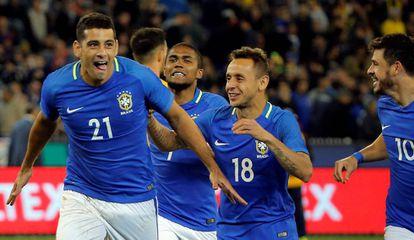 Jogadores da seleção brasileira comemoram segundo gol de Diego Souza.