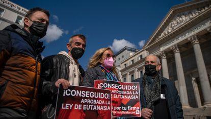 Da esquerda para a direita, David e Danel Lorente, filhos de Maribel Tellaetexe; Asun Gómez, mulher de Luis de Marco; e Txema Lorente, marido de Maribel, nesta quinta-feira diante da Câmara dos Deputados.