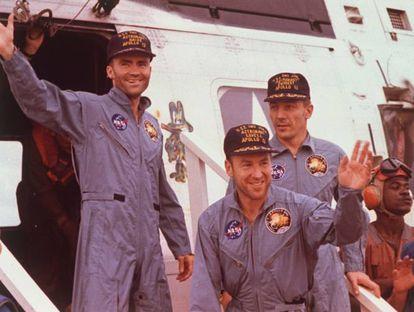 """Sua origem está numa viagem especial, mas transcendeu de tal modo essa circunstância que passamos a usá-la, por exemplo, quando o computador trava ou se precisamos de um posto de gasolina e não encontramos. Popularizou-se em 1995, depois de ser dita por Tom Hanks no filme 'Apollo 13'. Tratava-se de uma recriação bastante fidedigna, já que os astronautas autênticos disseram algo parecido a bordo dessa nave em 1970. """"Uh, Houston, tivemos um problema aqui"""", informou Jack Swigert ao centro de controle depois de observar uma luz de emergência seguida de uma explosão. Apesar de não ter concluído sua missão por problemas técnicos, a 'Apollo 13' voltou à Terra depois de um périplo de seis dias, com seus três ocupantes sãos e salvos. Na foto, os astronautas Fred Haise, Jim Lovell e Jack Swigert após desembarcarem da missão lunar da 'Apollo 13', em 1970."""