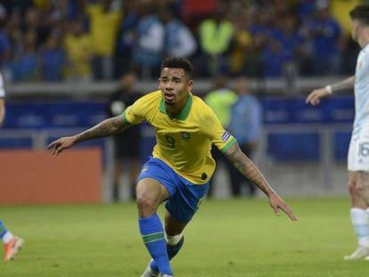 Gabriel Jesus comemora o primeiro gol do Brasil.