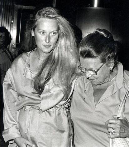 À direita, a atriz, grávida, acompanhada por sua mãe, em 1979.