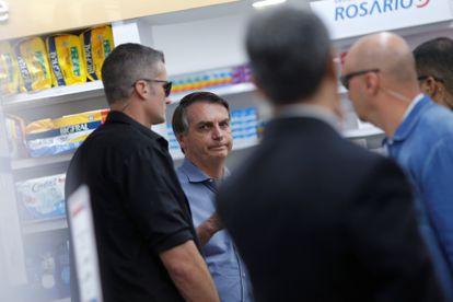 O presidente do Brasil, Jair Bolsonaro, é visto em uma farmácia em Brasília nesta sexta-feira.