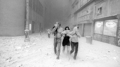 Trabalhadores corriam pelas ruas cobrindo o rosto para tentar se protegerem da imensa nuvem de poeira./ John Street.