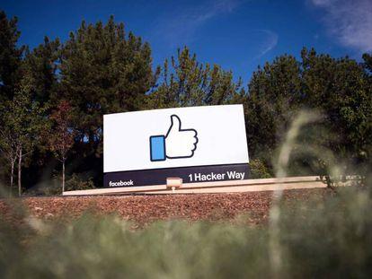O símbolo de Facebook, à entrada de sua sede corporativa em Menlo Park (Califórnia)
