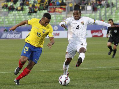 Morales, da Bolívia, disputa a bola com Quiñonez.