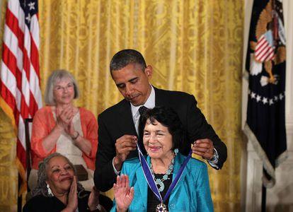 Obama coloca em Dolores Huerta a Medalha da Liberdade, em 2012. / GETTY