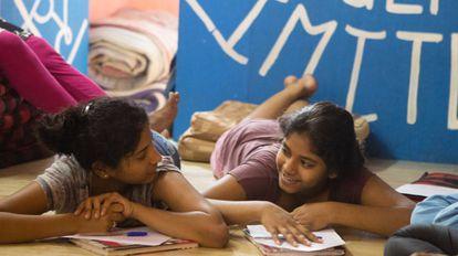 Asmita Katti e Shaddra K, de 18 e 16 anos, participam das oficinas da Kranti.