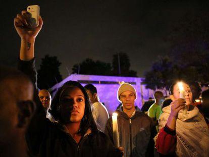 Sul-africanos fazem vigília em Johanesburgo após anúncio da morte de Mandela.