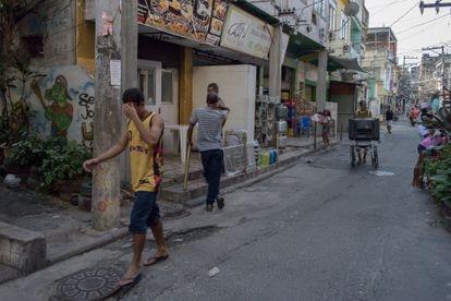 Uma das ruas principais da favela do Jacarezinho, cinco dias depois da chacina.