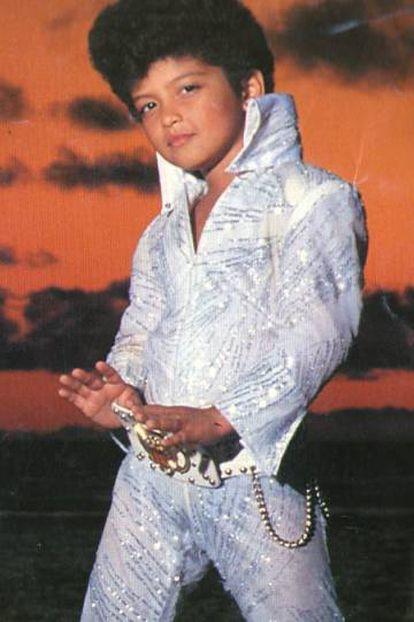 Bruno Mars, com seis anos, no filme 'Lua de Mel a Três' (1990), em que imita Elvis Presley.