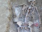Restos de Catalina Muñoz Arranz junto al sonajero hallados en el parque de La Carcavilla (Palencia) en 2011. Un juguete rosa y amarillo chillón, con forma de flor, que estaba junto a un cadáver rociado con cal viva y enterrado sin ataúd.