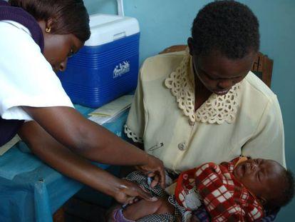 Enfermeira dá injeção em bebê no Quênia, numa imagem de arquivo.