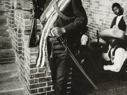 Emiliano Zapata, com espada e rifle.