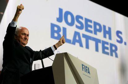 Joseph S. Blatter celebra vitória.