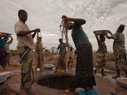 Pessoas buscam água no campo de refugiados de Kabo, na República Centro-Africana.