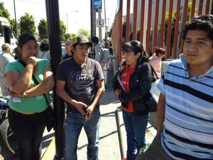 Familiares de pessoas atingidas pela explosão em hospital infantil no México