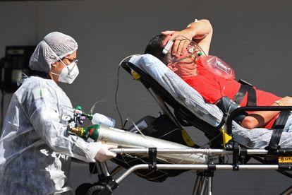 Paciente chega a hospital público de Brasília, na segunda-feira.