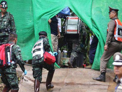 Aparato de resgate montado em frente à saída da caverna onde o grupo ficou preso