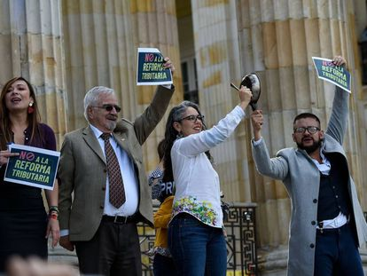Senadores da oposição protestam contra a reforma tributária em frente ao Congresso na segunda-feira passada em Bogotá.