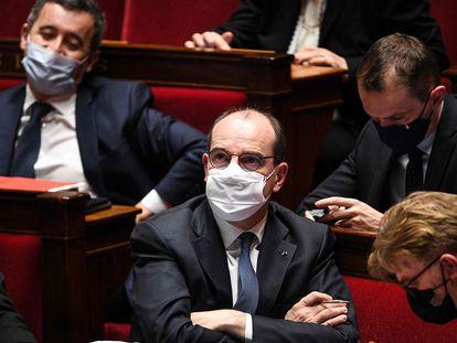 O primeiro-ministro francês, Jean Castex (no centro), durante a sessão da Assembleia Nacional, em Paris, nesta terça.