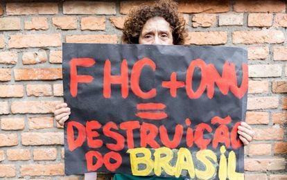 Manifestante mostra cartaz contra a ONU e FHC.