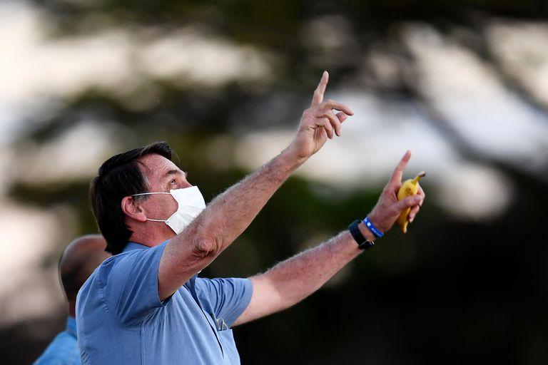 Jair Bolsonaro fala com apoiadores na frente do jardim do Palácio da Alvorada, em Brasília.