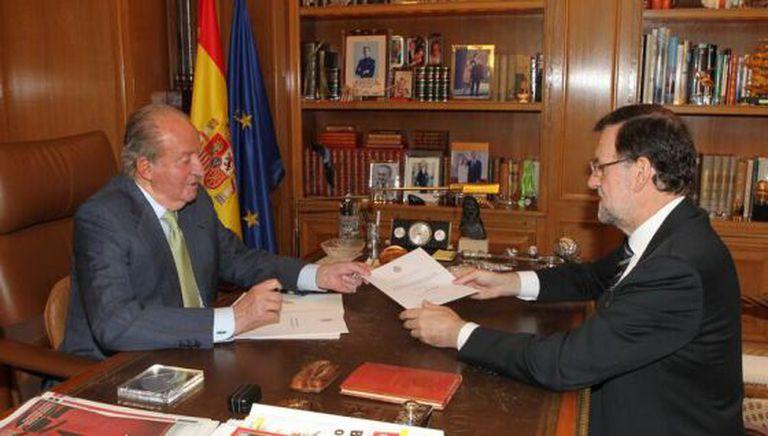 El Rey entrega ao presidente do Gobierno, Mariano Rajoy, a carta na que abdica.