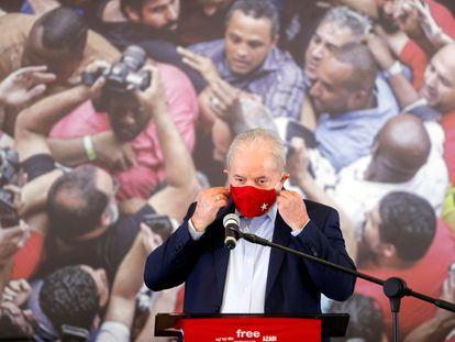 Lula retira máscara para conceder entrevista coletiva nesta quarta, em São Bernardo do Campo (SP).