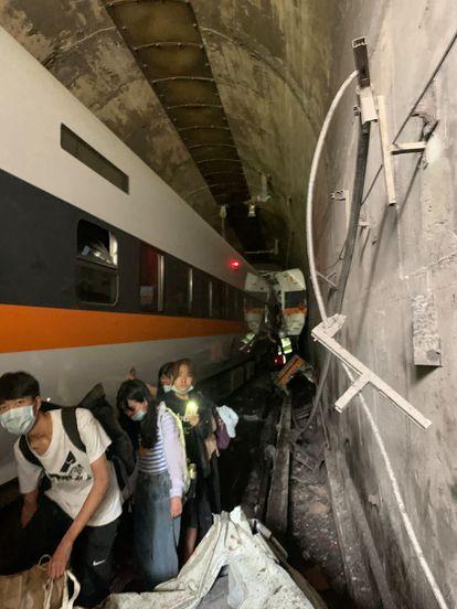 Interior do túnel onde o trem descarrilou parcialmente.