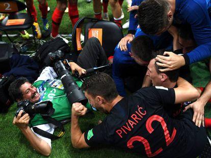 O fotógrafo da agência France Press durante a comemoração do gol que deu a vitória à seleção da Croácia.
