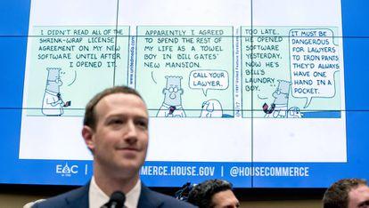 Zuckerberg diante de tirinha de Dilbert que ironiza os termos de adesão às redes sociais usada para questioná-lo na sabatina do Congresso dos EUA.