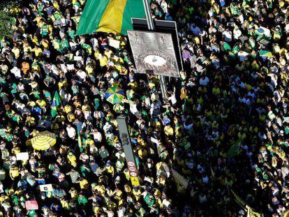 Simpatizantes do presidente brasileiro, Jair Bolsonaro, na manifestação de domingo na Avenida Paulista, na cidade de São Paulo.