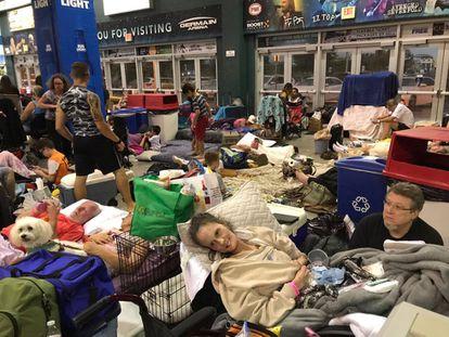 Sheryl e Rick Estes (direita) refugiam-se do furacão Irma dentro da Arena Germain, em Estero, Flórida
