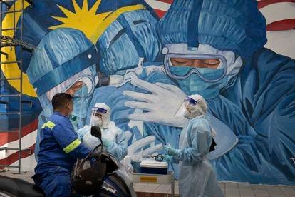 Um mural em homenagem aos trabalhadores da saúde na Malásia, em 12 de dezembro.
