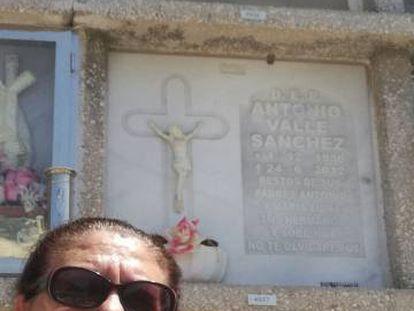 Juana Escudero Lezcano adiante do nicho (acima, sem lápida) da mulher cujos dados coincidem exatamente com os seus.