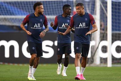 Neymar conversa com Mbappe durante treino do PSG neste sábado, em Lisboa.
