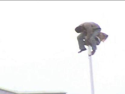 Pendurado em um poste quatro horas e meia depois de pular a grade de Melilla