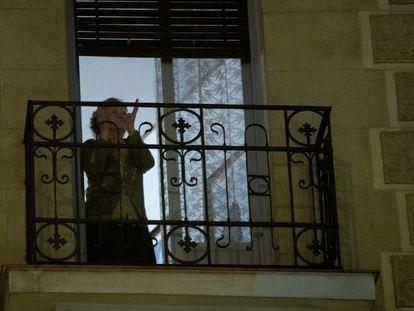 Mulher aplaude neste domingo, em sua casa, em Madri, como agradecimento ao empenho dos funcionários da saúde pública na crise do coronavírus.