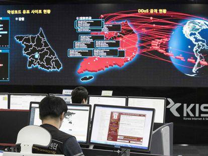 Funcionários da Agência de Segurança e Internet da Coreia do Sul analisam o alcance do ciberataque do WannaCry, na segunda-feira