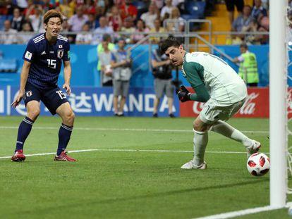 Courtois deixa bola escapar no jogo contra o Japão.