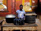 Tijanni Bilikisu, vendedora de alimentos, posa para una fotografía, mientras las autoridades continúan un encierro de 14 días en un intento por contener la COVID-19) en Abuja, Nigeria, el pasado 5 de abril de 2020.