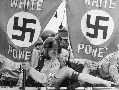 O líder neonazista Frank Collin (com o braço estendido), em uma manifestação em novembro de 1978 em Saint Louis.