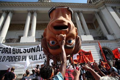 Manifestantes com boneco de Jair Bolsonaro durante protesto no Rio de Janeiro.