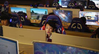 Um menino joga videogame em Shandong, leste da China.