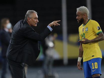 Tite dá instruções a Neymar no jogo contra o Peru pela Copa América.