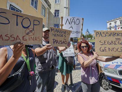 Protesto de um grupo antivacinas em junho contra as medidas impostas em Lisboa durante a pandemia.