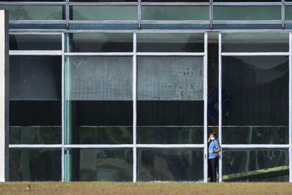 Bolsonaro caminha em frente ao Palácio da Alvorada, no dia 9, onde está em isolamento após contrair covid-19.