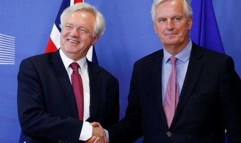 David, negociador britânico (direita), e Barnier, seu colega da UE.