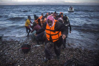 Um iraquiano desembarca junto a outros refugiados na ilha grega de Lesbos em 18 de dezembro.
