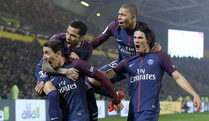 Di María, Alves, Mbappé e Cavani comemoram o 1 a 0 em Nantes.